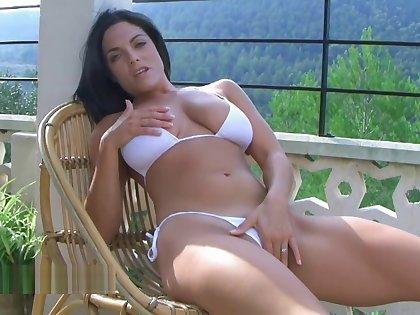 bikini pissing