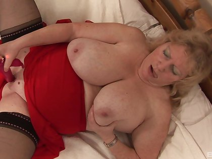 Another amateur mature that loves to get naked coupled with goat her cunt