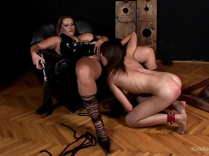MILF leaves the young slave girl with reference to swell up on her fat pussy