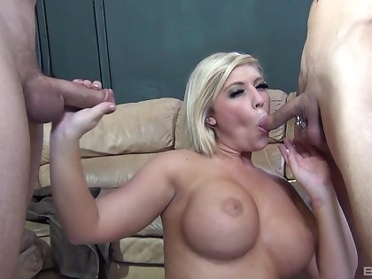 Heidi Hollywood drops on say no to knees to swell up two generous manhoods