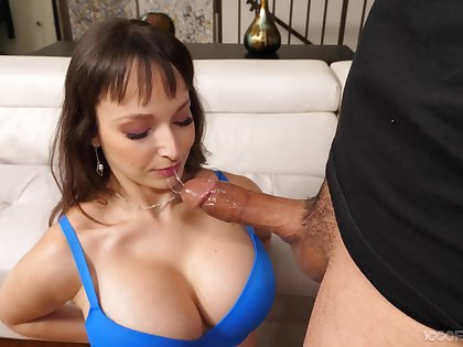 Cock hungry mature Lexi Luna drops exceeding her knees to relating to a blowjob