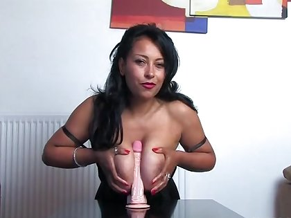Horny mature get hitched Danica Collins demonstrates how to swell up a dildo